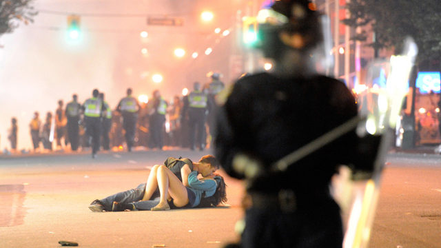 Vancouver riot, couple kiss in the street