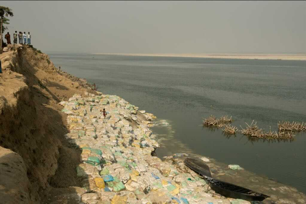 This photo was shot south of Farakka barrage in the village of Arjunpur in February 2015. It depicts the bankline erosion in a village which has lost schools, homesteads, mango orchards, and paddy farms to the river which is starved of sediment by the barrage. Image by Arati Kumar-Rao.